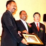 K Nasgappen, GM of Top Glove receiving the award from Zambry. Gan is on the right.
