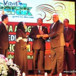 Fathol Zaman Bukhari (Ipoh Echo ) receiving the award from MB Dato' Seri DiRaja Zambry Abd Kadir