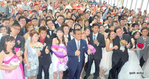 Asst Registrar of Marriages Datuk Ooi Foh San with the happy couples.