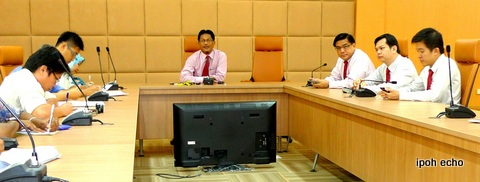 Mayor Roshidi holding a press conferfence at UTC Perak's Conference Room